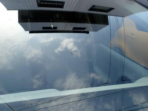 トヨタ パッソのフロントガラスの飛び石ヒビ割れ修理 ウインドリペア