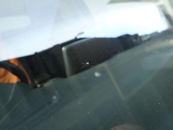 京都市南区 マツダ デミオ 飛び石 フロントガラスのヒビをガラスリペア