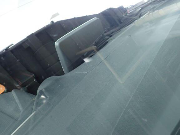 京都市南区 マツダ デミオ 飛び石 フロントガラスのヒビ割れをガラスリペア後