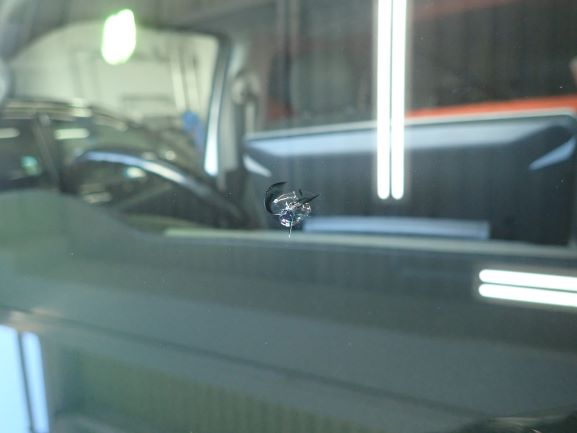 木津川市 トヨタ ハイエース フロントガラス飛び石ヒビのガラスリペア