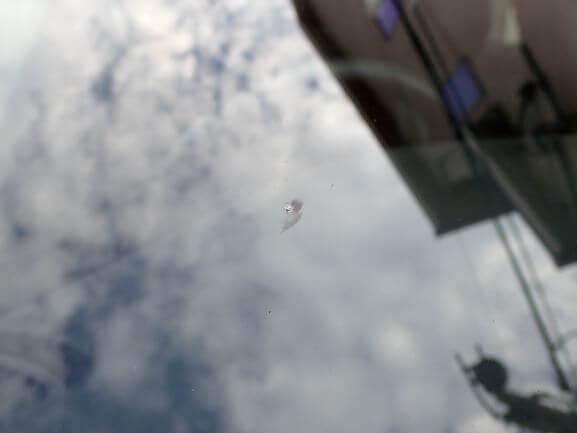 ボルボ V40 フロントガラスに出来た飛び石によるヒビをガラスリペア